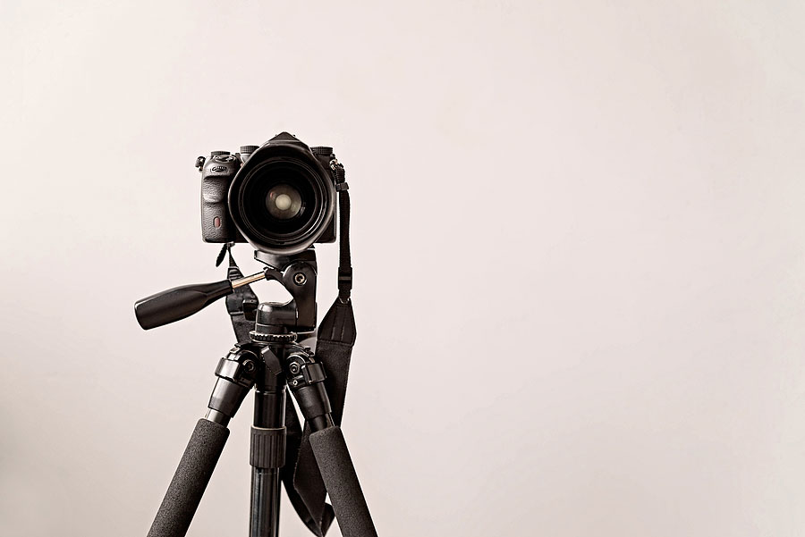 a picture of a camera on a high quality tripod